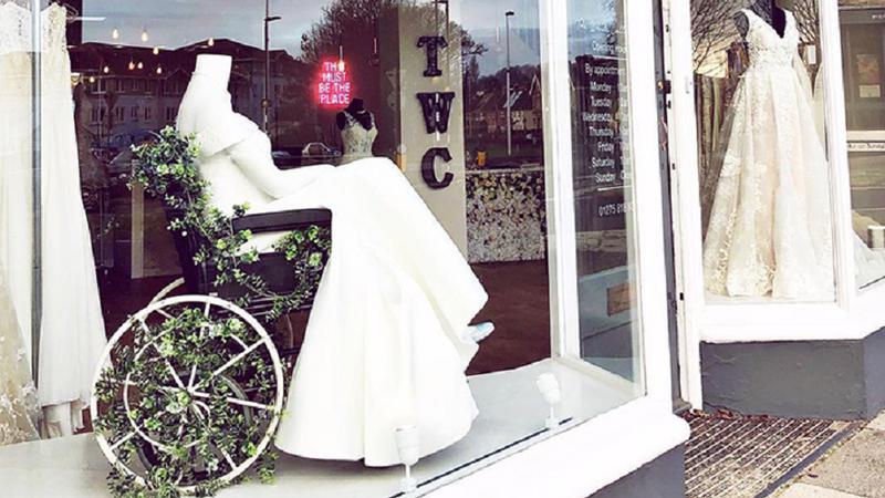 Un magazin de rochii de mireasă a stârnit admirația oamenilor, după ce a pus în vitrină un manechin în scaun cu rotile